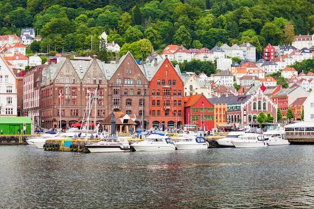 Bryggen è una serie di edifici commerciali nel porto di vagen a bergen, in norvegia