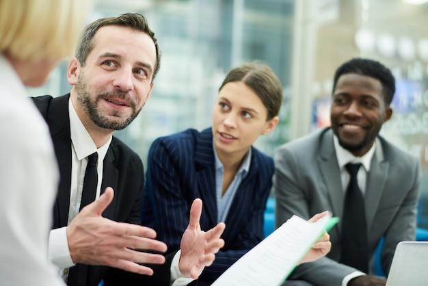 Bsiness people meeting in ufficio