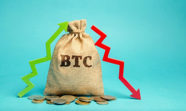 Borsa di denaro btc e freccia su e giù concetto di criptovaluta valuta digitale decentralizzata