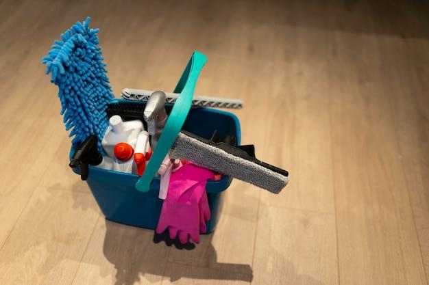 Secchio di prodotti per la pulizia
