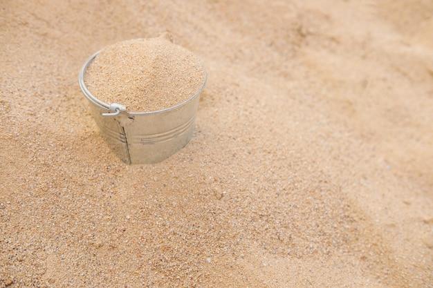 Secchio nel mucchio di sabbia