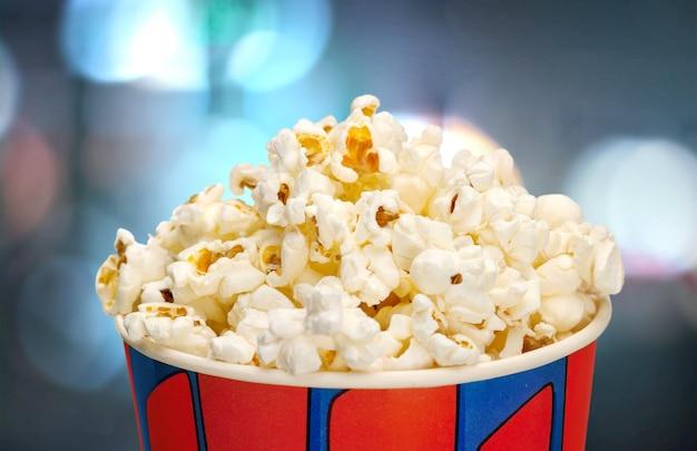Secchio con popcorn su sfondo sfocato