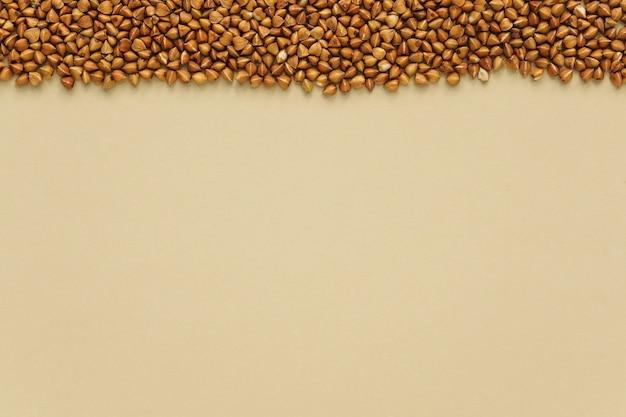 Grano saraceno su un copyspace di sfondo beige