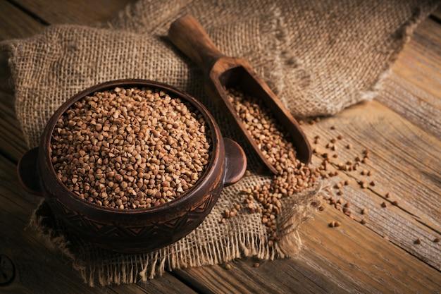 Le semole di grano saraceno si chiudono. chicchi di grano saraceno crudo come trama di sfondo.
