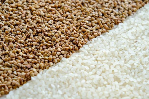 Semole di grano saraceno e riso sul tavolo