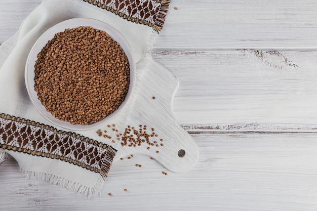 Una vista dall'alto di semole di grano saraceno. chicchi di grano saraceno crudo come trama di sfondo