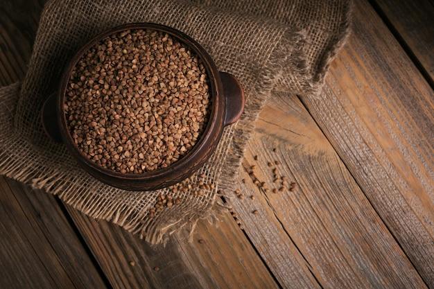 Vista dall'alto di semole di grano saraceno. chicchi di grano saraceno crudo come trama di sfondo.