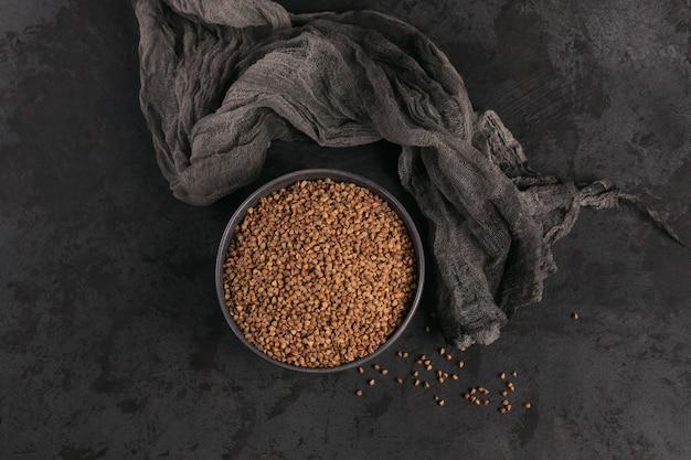 Vista dall'alto di semole di grano saraceno. chicchi di grano saraceno crudo come struttura di superficie.