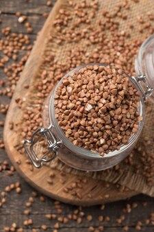 Semole di grano saraceno su fondo in legno