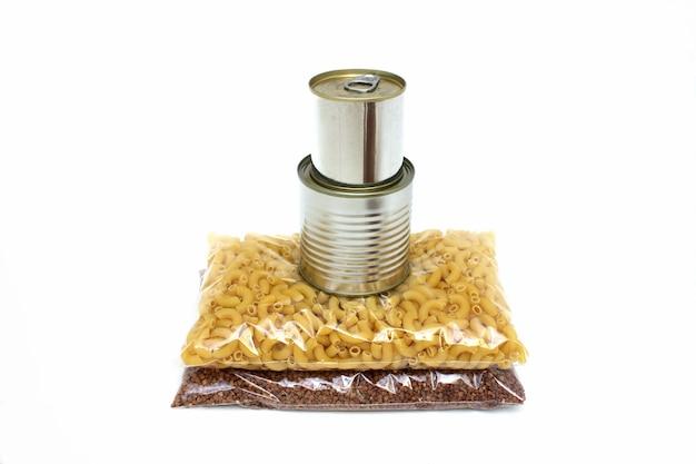 Grano saraceno, pasta in sacchetti di plastica e cibo in scatola. donazione