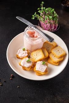 Porridge di grano saraceno e salsicce insalata fresca cetriolo pronto da mangiare spuntino sul tavolo