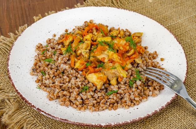 Porridge di grano saraceno con carne e verdure. foto di studio