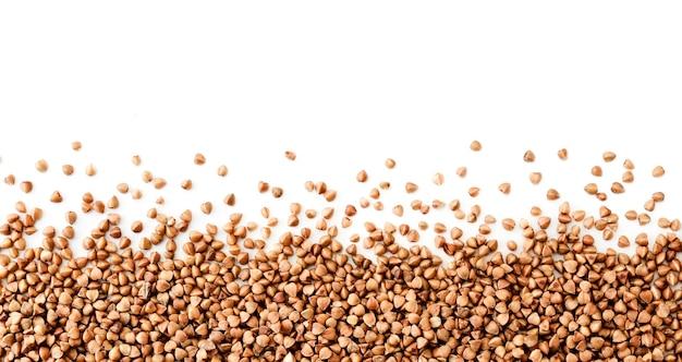Sfondo di close-up sparsi di grano saraceno, spazio per il testo. la vista dall'alto