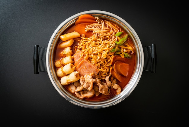 Budae jjigae o budaejjigae (stufato dell'esercito o stufato della base dell'esercito). è caricato con kimchi, spam, salsicce, spaghetti ramen e molto altro ancora, popolare stile coreano di piatti caldi