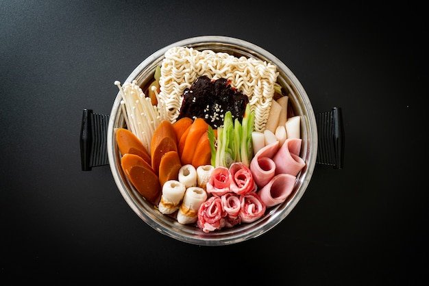 Budae jjigae o budaejjigae (stufato dell'esercito o stufato di base dell'esercito). è pieno di kimchi, spam, salsicce, noodles ramen e molto altro - il popolare stile di cibo caldo coreano
