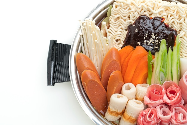Budae jjigae o budaejjigae con kimchi, spam, salsicce e spaghetti ramen rame