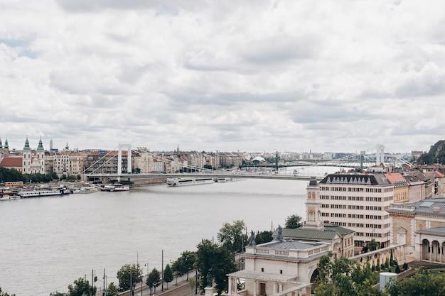 Panorama della città di budapest con la vista del danubio, ungheria