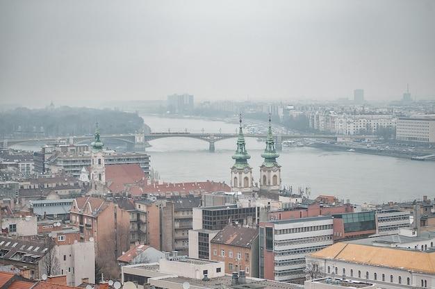 Budapest nella nebbia. vista della città. sul tetto