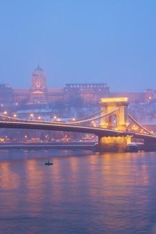 Budapest di notte - ponte delle catene e palazzo reale, ungheria