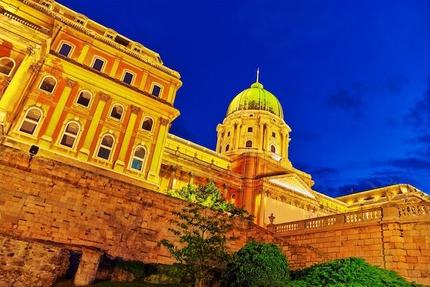 Castello reale di budapest di notte. ungheria.