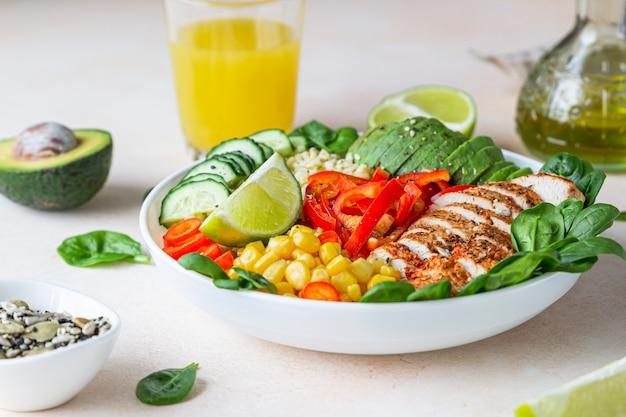Ciotola di buddha con bulgur, pollo alla griglia, verdure, avocado e spinaci. concetto di cibo sano.