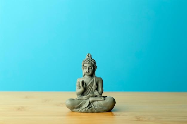 Statuetta di buddha sul tavolo
