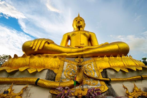 L'immagine del buddha, phra thun jai, è ospitata in big shape all'interno del sankampang di chiang mai, noto anche come il tempio della statua del buddha.