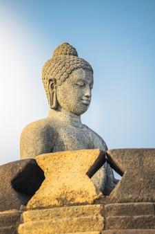 Statua di buddha in borobudur, tempio di buddist a yogyakarta, indonesia