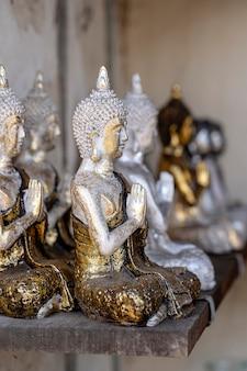 Statua di buddha figure souvenir in esposizione per la vendita sul mercato di strada in ubud, bali, indonesia. esposizione di artigianato e negozio di souvenir, primo piano