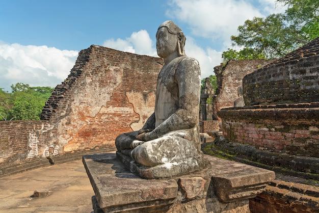 Statua del buddha in rovine del vatadage a polonnaruva