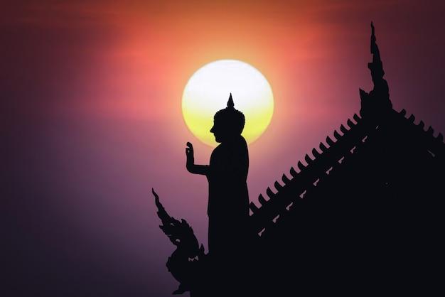Statua del buddha nel tempio, concetto di visakha bucha e makha bucha day - immagine