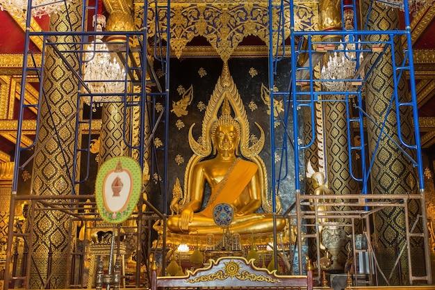 Statua del buddha al wat phra si rattana mahathat durante i lavori di ristrutturazione conosciuti colloquialmente come wat yai
