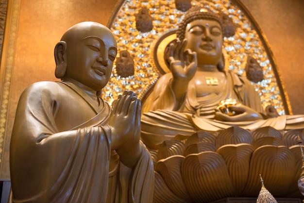 Statue di buddha a bangkok, thailandia statue di buddha in teak, theravada buddhism institute - mahayana (fo guang shan thaihua temple)