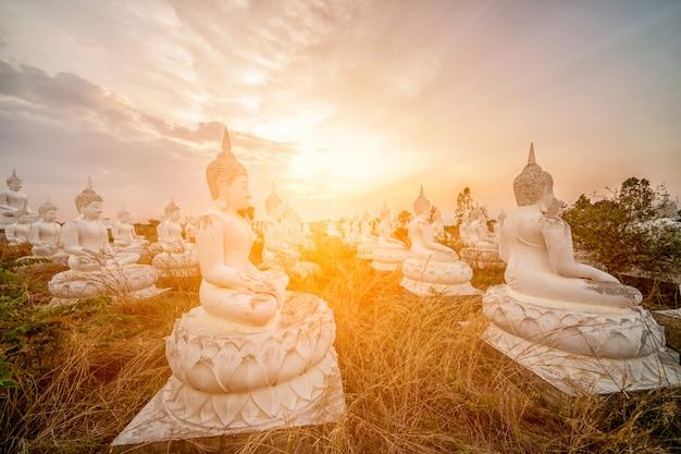 Buddha e tramonto in thailandia.