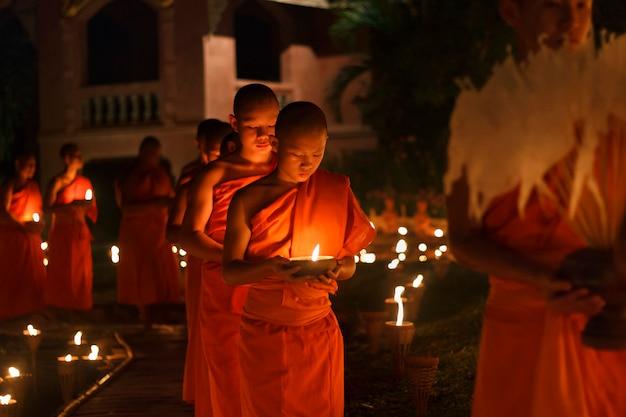 Monaco buddista che cammina per pregare nella cappella.