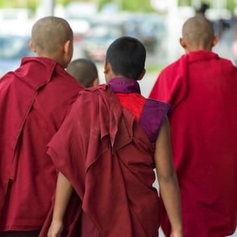 Monaci buddisti che camminano sulla strada, paro, bhutan
