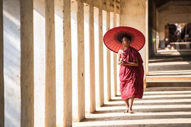 Il principiante buddista sta camminando in pagoda, myanmar