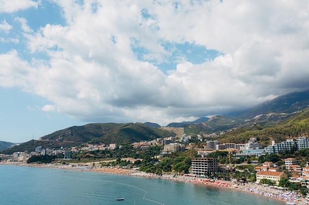 Costa di budvan in montenegro costa delle città di rafaelovici e beechichi lunga spiaggia con