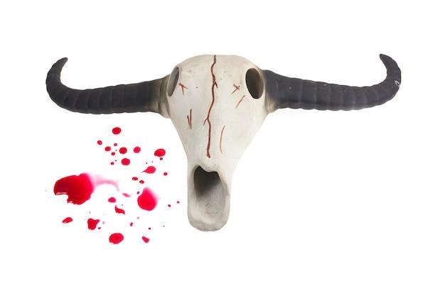 Teschio di bufalo e gocce di sangue, sfondo di halloween.