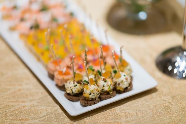 Cibo a buffet, catering food party al ristorante, mini tartine, snack e stuzzichini