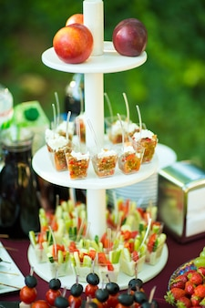 Insalate porzionate a buffet sul tavolo ristorazione.