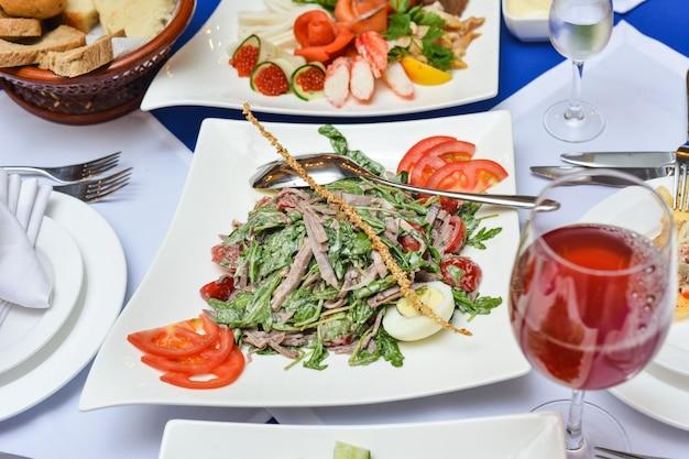 Tavolo da buffet, canape, tramezzini, snack, vacanze, affettati, bicchieri, feste, capodanno