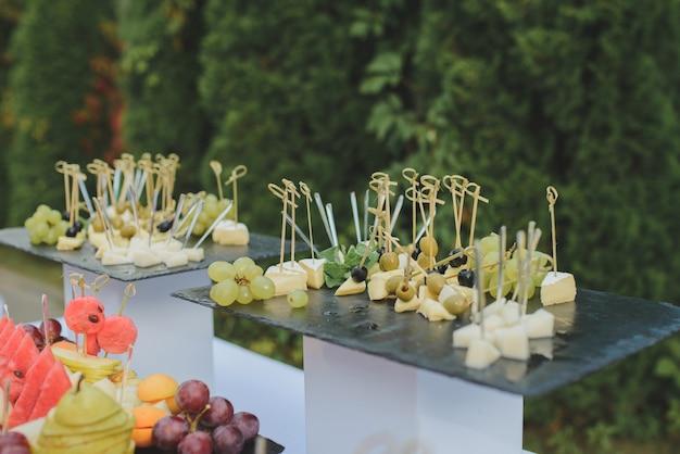 Tavolo da buffet al festival. antipasti per un aperitivo ad un matrimonio o una festa