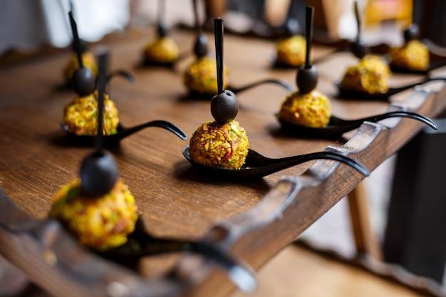 Tavolo da buffet per gli ospiti di un banchetto con vari snack e panini