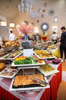 Tavolo da buffet in hotel con vari piatti.