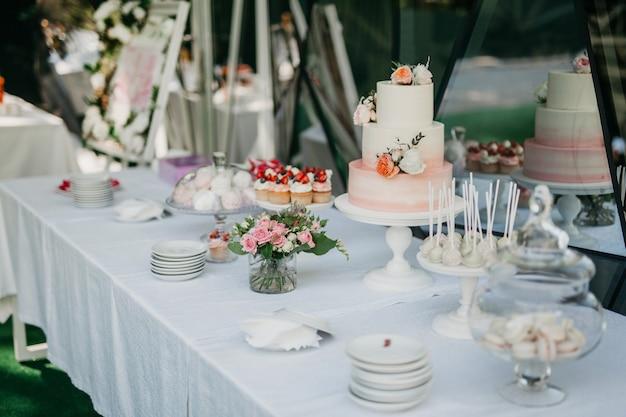 Tavolo da buffet con torta e muffin