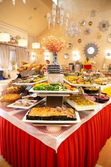 Tavolo da buffet con piatti diversi in un bellissimo ristorante.