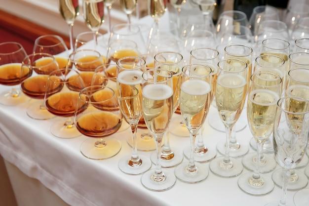 Buffet con molti bicchieri sul catering per eventi
