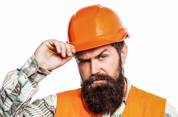 Builder in elmetto, caposquadra o riparatore nel casco. lavoratore uomo barbuto con la barba nella costruzione di casco o elmetto.