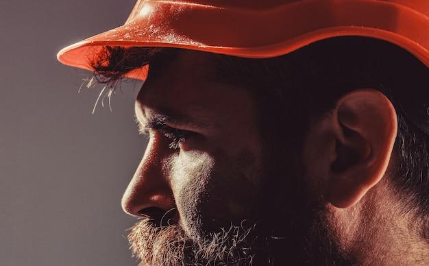 Builder in elmetto, caposquadra o riparatore nel casco. costruttori di uomini, industria.